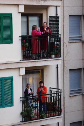 Gente aplaudiendo desde los balcones de Palma.