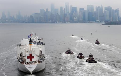 Llegada del buque médico militar Comfort a Nueva York.