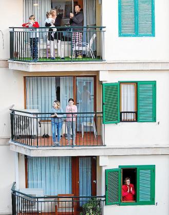 Imagen tomada a las 20.00 horas de ayer en la calle Ramón y Cajal, de Palma, con vecinos aplaudiendo la labor de los sanitarios.