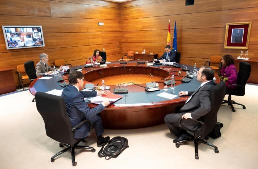 El presidente del Gobierno, Pedro Sánchez (fondo-d), durante la reunión del Consejo de Ministros celebrada este martes en La Moncloa.