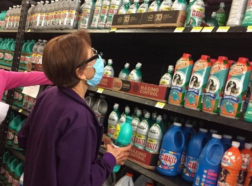 Señora haciendo la compra.