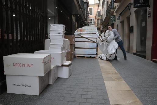 Eustaquio, frente a su tienda, después de que llegaran los zapatos de importación.