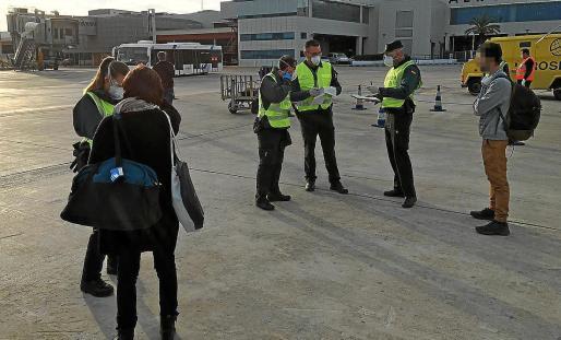 La Guardia Civil, durante los controles a pie de pista en el aeropuerto de Ibiza.