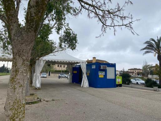La unidad COVID-exprés de Manacor se ubica en el aparcamiento del polideportivo Miquel Àngel Nadal.