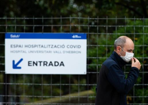 Un técnico en las inmediaciones del Pavelló d'Esports de la Vall d'Hebrón.