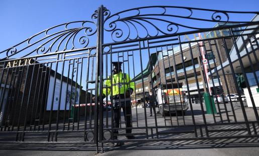 Un guardia de seguridad cierra una de las puertas de acceso al All England Club en el que se disputa el torneo de Wimbledon, que se ha cancelado por primera vez desde la Segunda Guerra Mundial.