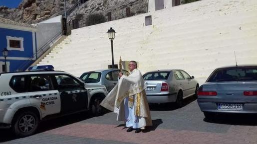 El sacerdote ha salido por las calles del municipio para bendecir a los vecinos.