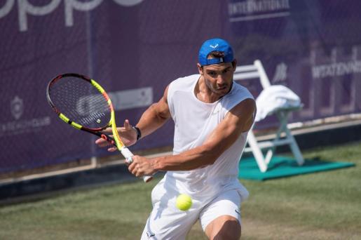 Rafael Nadal, durante un entrenamiento en las pistas de hierba natural del Country Club de Santa Ponça, donde debía disputar en junio el Mallorca Championships, que ha sido cancelado junto al resto de torneos sobre hierba.