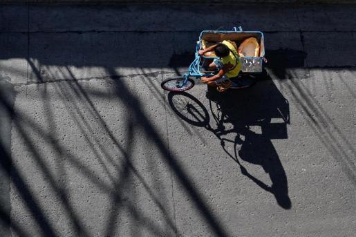 Un ciudadano filipino circula en una bicicleta.