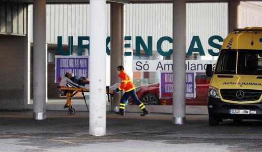 Un paciente llega a un hospital en camilla.