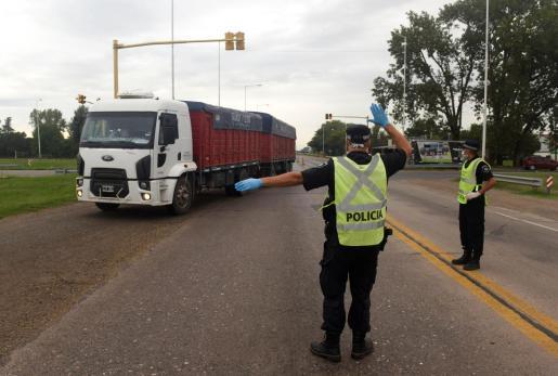 Un policía da instrucciones en un control en Rosario, Argentina.