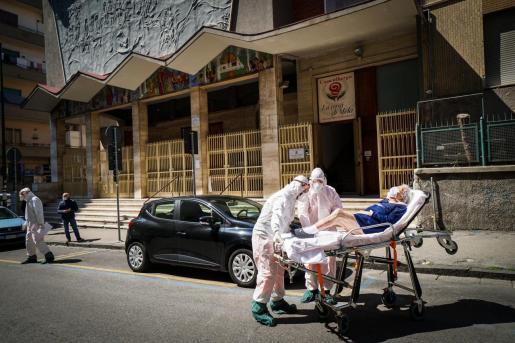 Unos sanitarios trasladan a una enferma en la ciudad italiana de Nápoles.