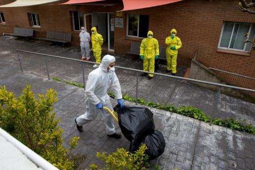 """Personal de limpieza y miembros de la UME realizan labores de desinfección el la residencia geriátrica """"Els Avets"""" de Rubí (Barcelona)."""