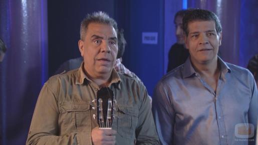 Juan Salazar (a la izquierda) junto a su hermano José Salazar en un programa de televisión.