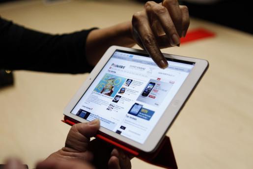 Imagen de una mujer usando una tablet.