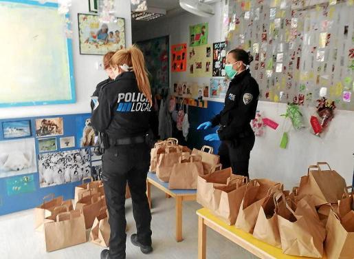 Los agentes de la Policía Local de Calvià también se han sumado al plan de ayuda a las personas más vulnerables. Durante las primeras jornadas de confinamiento obligado, se han encargado de repartir los menús del servicio de comida a domicilio.