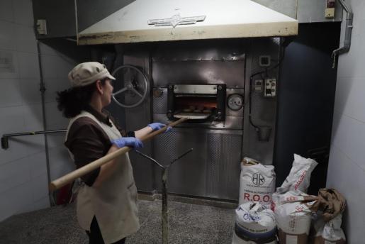 Imagen de una trabajadora en es Fornd del Pla de na Tesa.