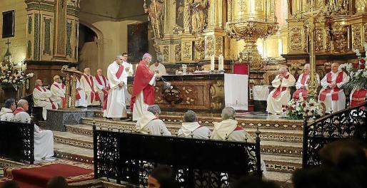 Imagen del obispo de Mallorca, Sebastià Taltavull , oficiando una misa en la Basílica de Sant Francesc con motivo de la Fiesta del Beato Ramon Llull.