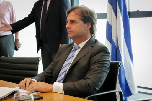 El presidente de Uruguay, Luis Lacalle Pou, en un encuentro con representantes del partido de oposición Frente Amplio.