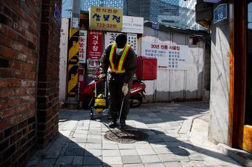 Trabajadores desinfectan en Corea del Sur.