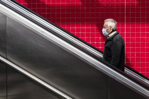 Un hombre circula por una estación de metro en Los Ángeles.