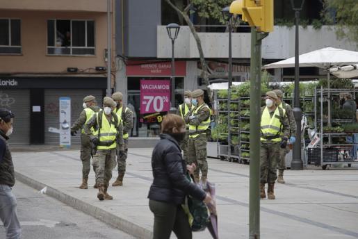 Militares patrullan las calles de Palma.