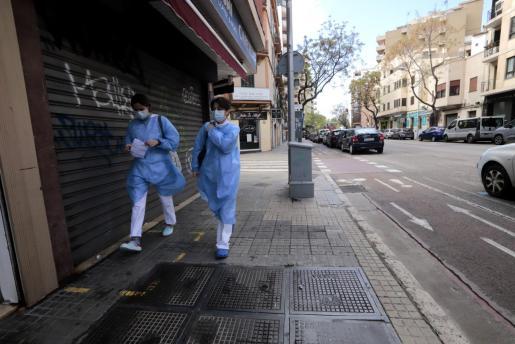 Dos enfermeras vuelven a casa tras una jornada de trabajo en Palma.