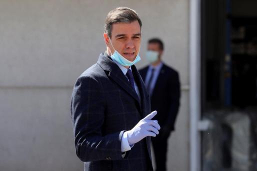 El presidente del gobierno, Pedro Sánchez (c), saluda a su llegada, este viernes, a las instalaciones de la empresa Hersill, en Móstoles (Madrid), donde gracias al programa de reorientación de líneas industriales y producción nacional, impulsado por el Gobierno, han comenzado a fabricarse respiradores para la lucha contra el coronavirus.