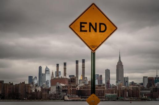 Detalle de una señal de callejón sin salida con el perfil urbano de Nueva York.