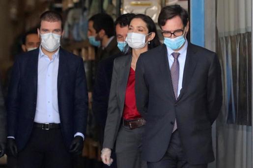 El ministro de Sanidad, Salvador Illa y la responsable de Industria, Reyes Maroto con mascarillas en su visita las instalaciones de la empresa Hersill, en Móstoles.