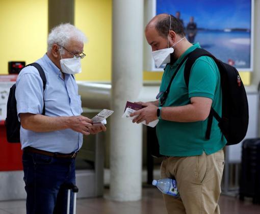 Dos turistas españoles revisan sus boletos de vuelo en el aeropuerto Internacional José Martí de la Habana, Cuba.