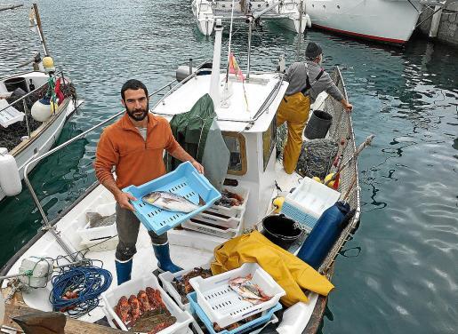 Gregori Mayol 'Passador' es uno de los pescadores que han puesto en marcha el sistema de venta Kilómetro 0 y sostiene que no son pocos los días que el pescado se acaba sin poder satisfacer toda la demanda.