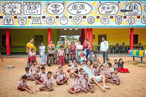 Albert Pinya, con profesores, padres y alumnos de esta escuela en Anantapur (India), bajo el mural que ha diseñado.