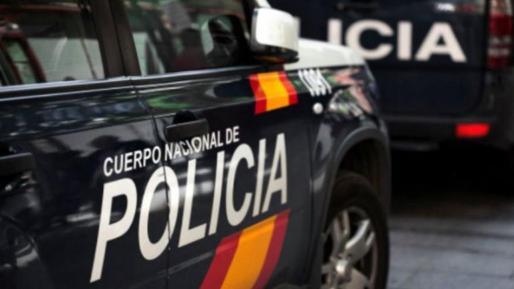 La Policía Nacional detuvo a un hombre de 21 años de edad por un delito de inducción de menores al abandono del domicilio y por un delito de desobediencia grave por incumplimiento de las restricciones del estado de alarma.
