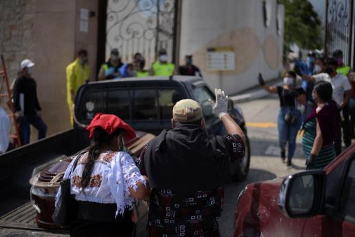 Familiares se agolpan en el camposanto Parques de la Paz de Guayaquil para exigir que se les entregue a sus difuntos.