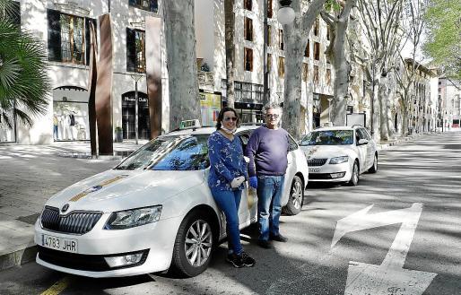 Llucia Jaume y Manuel Molina frente a sus respectivos taxis en la parada del Born, donde no pasaba nadie.