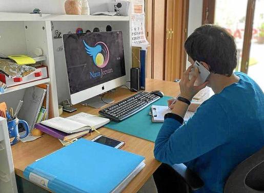 La secretaria de la asociación, Marta Sánchez, atiende telefónicamente a los usuarios.