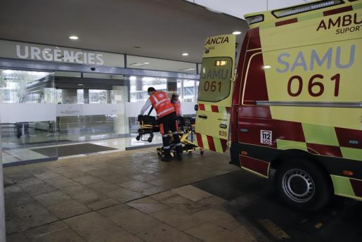 El SAMU-061, a las puertas de un hospital de Mallorca.