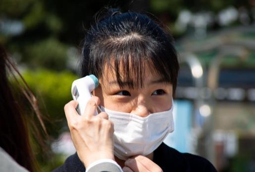 Una mujer en Corea, durante la toma de fiebre.