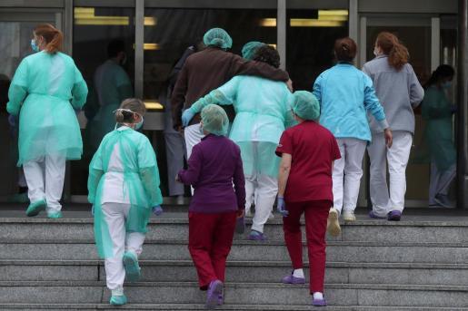El personal sanitario del Hospital 12 de Octubre de Madrid regresa a sus labores tras el aplauso recibido como cada día a las 20:00.