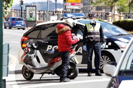 Un agente de la Policía Local de Murcia realiza un control de tráfico este fin de semana.