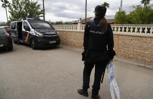 Imagen de archivo de una agente de la Policía Nacional durante una investigación.