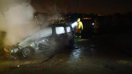 Imagen de los bomberos sofocando el fuego del vehículo del individuo que trató de quemarse a la bonzo tras discutir con su mujer en Palma.