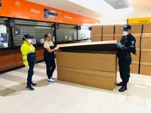 Ataúdes de cartón son almacenados en la terminal terrestre de Guayaquil, la zona más castigada de Ecuador por el coronavirus.
