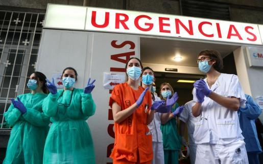Imagen de personal sanitario aplaudiendo a las ciudadanos que salen al balcón a reconocer su labor.