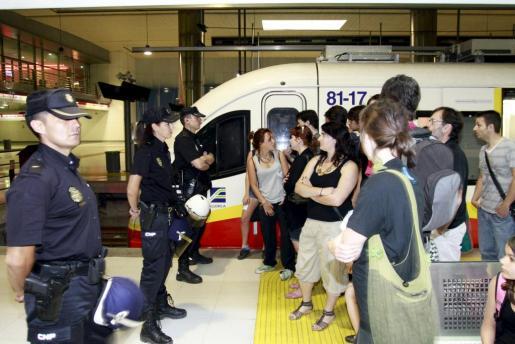 Un grupo de usuarios del tren se negó a pagar el aumento de tarifas-