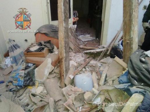 Los Bombers de Palma fueron requeridos a actuar tras un derrumbe en un edificio abandonado y okupado en la calle Joan Miró.