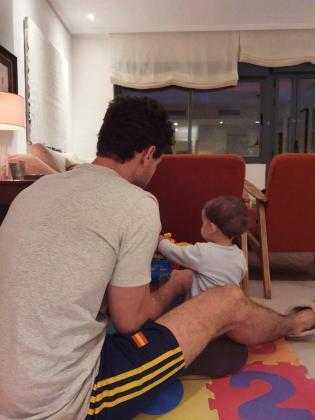 Fotografía facilitada por José en la que aparece jugando con su hijo en su casa en Madrid.