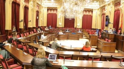 Imagen de archivo de un pleno del Parlamente vacío como consecuencia de la crisis del coronavirus.