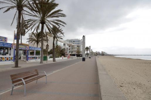 La inmensidad de la Playa de Palma vacía, como consecuencia de la pandemia de coronavirus